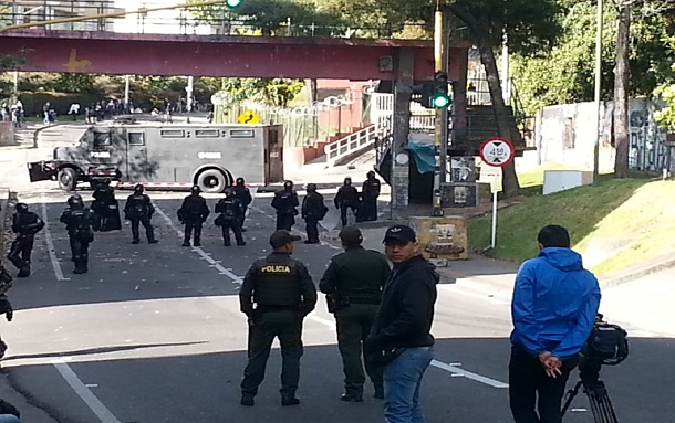 Disturbios en cercanías a la Universidad Distrital: estudiantes se enfrentan con Esmad y bloquean vía